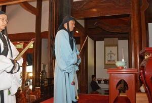 中国・明時代の祭官服を身にまとい献官役を務める横尾俊彦多久市長=多久市多久町の多久聖廟