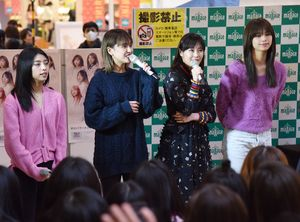 E-girlsの鷲尾伶菜さん(右から2人目)=佐賀市のモラージュ佐賀