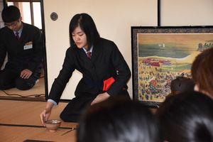 唐津フィールドワークプレ大会の茶会では、唐津市内の高校生が中心となってお点前を披露した=唐津市の旧大島邸