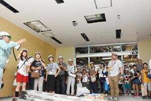 天井の説明に耳を傾ける参加者ら=佐賀市の健診検査センター