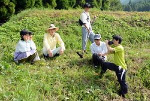 田んぼで映画の撮影を行う佐賀大学生と地元劇団員=佐賀市三瀬村