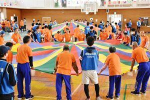 ゲーム形式のスポーツで汗を流す参加者=小城市の三日月体育館