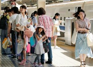 夏休みのUターンラッシュで混雑するJR東京駅の東海道新幹線ホーム=17日午前