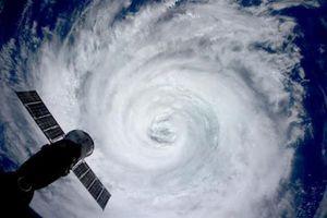 2015年8月、国際宇宙ステーション滞在中の油井亀美也さんが撮影した日本に近づく台風の目(油井さんのツイッターから)