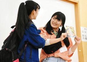 スキット部門で身ぶり手ぶりで表現する高校生=佐賀市の佐賀女子高