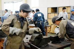 溶接する鉄板にやすりをかける生徒たち=佐賀市の県工業技術センター