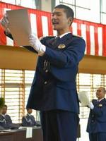 服務の宣誓をする入校生ら=佐賀市の県警察学校