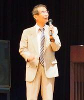種痘記念祭でスライドを使って講演する加藤茂孝氏(神埼市提供)
