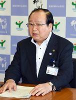 臨時会見で、佐賀県への憤りをあらわにした金子健次市長=福岡県の柳川市役所