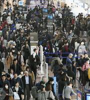 年末年始の帰省ラッシュが本格化し、利用客で混雑する羽田空港国内線第2ターミナル=28日午後