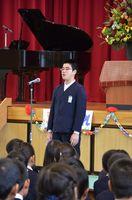 金立小の140周年記念式典で、児童を代表して誓いの言葉を述べる6年の美山和真くん