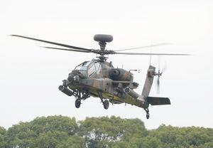 墜落機と同型のAH64D戦闘ヘリコプター(通称アパッチロングボウ)=2015年10月、神埼郡吉野ヶ里町の陸上自衛隊目達原駐屯地