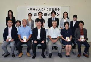 鳥飼建設の鳥飼社長(前列左から3人目)と採択団体の代表ら=基山町民会館
