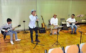 バンド演奏で日本の曲を披露するインドネシアの技能実習生=伊万里市民図書館