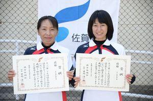 50歳未満の部 優勝した上村明美(左)・前田晴美組