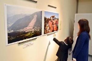 南阿蘇村の写真家・長野良市さんが撮影した被災地の写真が並ぶ=上峰町ふるさと学館
