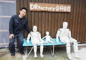 廃棄された消防ホースを使った救助訓練用人形を開発した山下大樹さん=杵島郡白石町