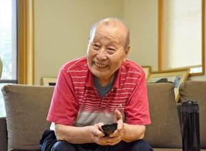 生前、試合を見守る広島・緒方孝市監督の父義雄さん=2018年9月24日、鳥栖市の実家