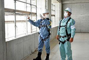 病院の増改修工事の現場をパトロールして、作業員の安全確保の対策などを確認する佐賀労働局の加藤博之局長(左)=佐賀市川副町