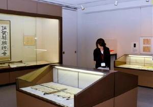 絵画や書など小城にまつわる新収蔵品を展示=小城市立歴史資料館