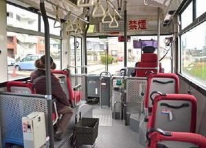 町が運営する通学福祉バス「のらんかい」の車内。昼間の利用客はまばらだ=上峰町