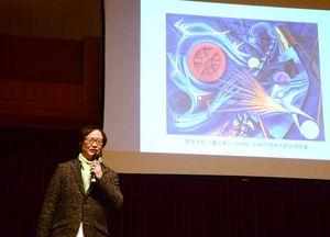 岡本太郎の作品を紹介する佐々木秀憲さん=有田町の焱の博記念堂