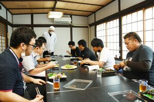 試食会で、アスパラガスを使った料理などを意見交換する関係者=江北町の魚正