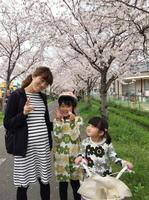 中溝麻衣さんと長女の采希さん、次女の芽衣さん