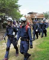 合同訓練で、遭難者救助のため山へ捜索に向かう参加者=武雄市の黒髪山