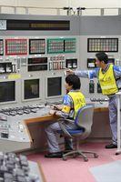 九州電力玄海原発の中央制御室で、4号機原子炉の起動作業をする運転員=16日午前11時9分、佐賀県東松浦郡玄海町