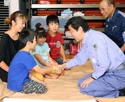 首相、広島で被災者激励