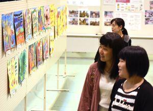 懸命に描かれたポスター作品などを見つめる来場者=神埼市の脊振勤労者体育館