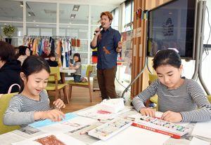 絵画ワークショップで、思い思いに絵を描く子どもたち=佐賀市の県国際交流プラザ