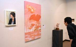 絵画や彫刻、染色など個性が光る作品が並ぶ「おひさ展」=佐賀市の村岡屋ギャラリー