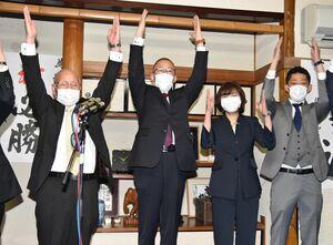 5選が確実になり、万歳三唱をする江里口秀次氏=28日午後10時7分、小城市三日月町久米の事務所