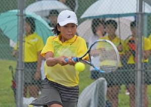 女子団体準決勝・大和-致遠館 7-5で勝利し、決勝進出に貢献した大和の室屋優羽=佐賀市の森林公園テニスコート