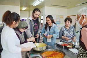 レユニオン料理を楽しむ参加者=みやき町北茂安保健センター