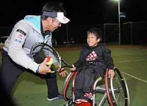 吉永寛和・プロテニスコーチから指導を受ける岸田星那君=神埼市の西九州大学