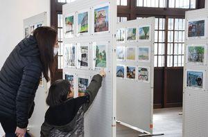 並んだ作品を眺める親子=神埼市神埼町の旧古賀銀行神埼支店