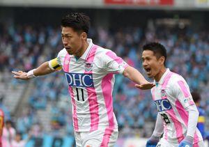 鳥栖―F東京 前半、PKで先制ゴールを決めて喜ぶ鳥栖FW豊田(左)=東京都の味の素スタジアム