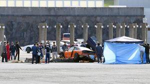 走行会でコース(手前)を外れ、観客に突っ込んだ乗用車=12日午後1時43分、佐賀市富士町の天山スキー場駐車場