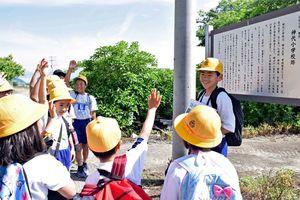 物語の舞台で、3択クイズを楽しむ児童ら=神埼市千代田町の神代小跡地