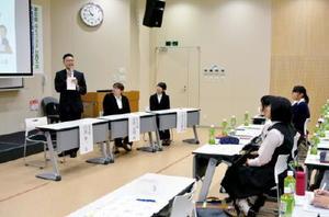 福祉の仕事の魅力について語る白濱裕一さん(左端)=神埼市の西九州大学神埼キャンパス