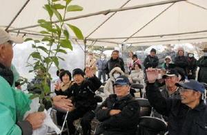 競りの駆け引きを楽しむ来場者たち=吉野ケ里歴史公園