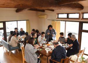 みんなの食堂交流会で会話を楽しみながら食事する人たち=神埼市千代田町