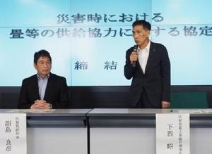 協定締結後、あいさつする県畳工業組合の下西昭理事長(右)と副島良彦副知事=佐賀県庁