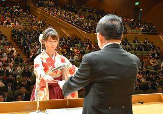 学びの成果胸に社会へ 佐賀大で卒業式1650人巣立つ