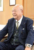 「生活に負担がかからないように、返さなくていい奨学金にしました」と話す江上幸隆さん=鳥栖市のニシキ本社