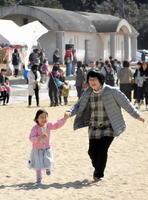 たこ揚げを楽しむ参加者=伊万里市黒川町のイマリンビーチ