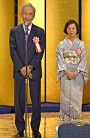 地域文化功労者表彰を祝う会で、お礼の言葉を述べる上瀧泰嗣氏(左)。右は順子夫人=佐賀市のホテルニューオータニ佐賀